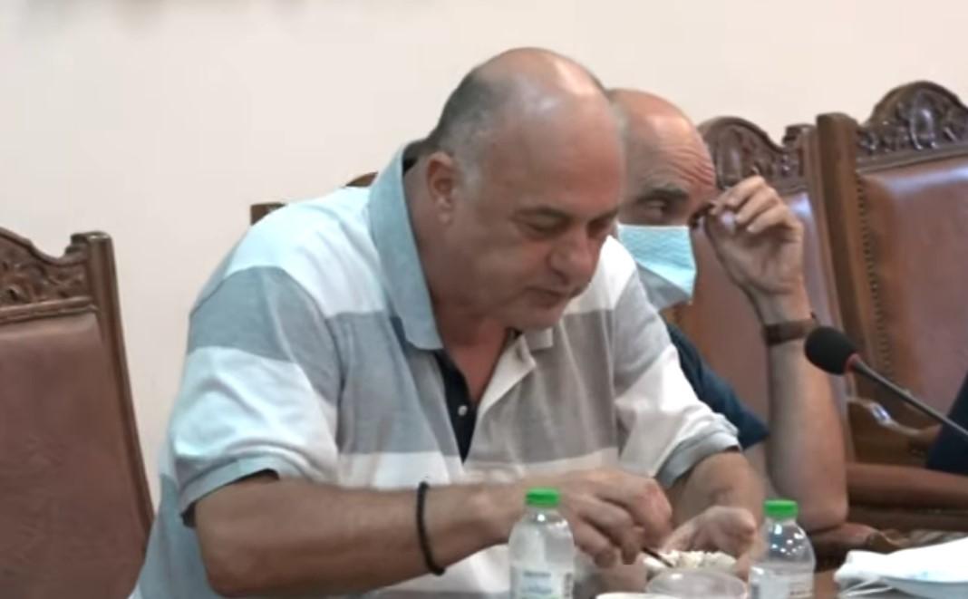 Αχιλλέας Μπέος: Μοίρασε κόλλυβα στο δημοτικό συμβούλιο και έσκασε στα γέλια – «Είχαν κηδεία τα παιδιά»