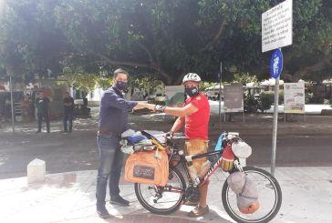 Έφθασε Αγρίνιο και συναντήθηκε με τον Δήμαρχο ο Χανιώτης ποδηλάτης που κάνει τον γύρο της Ελλάδας