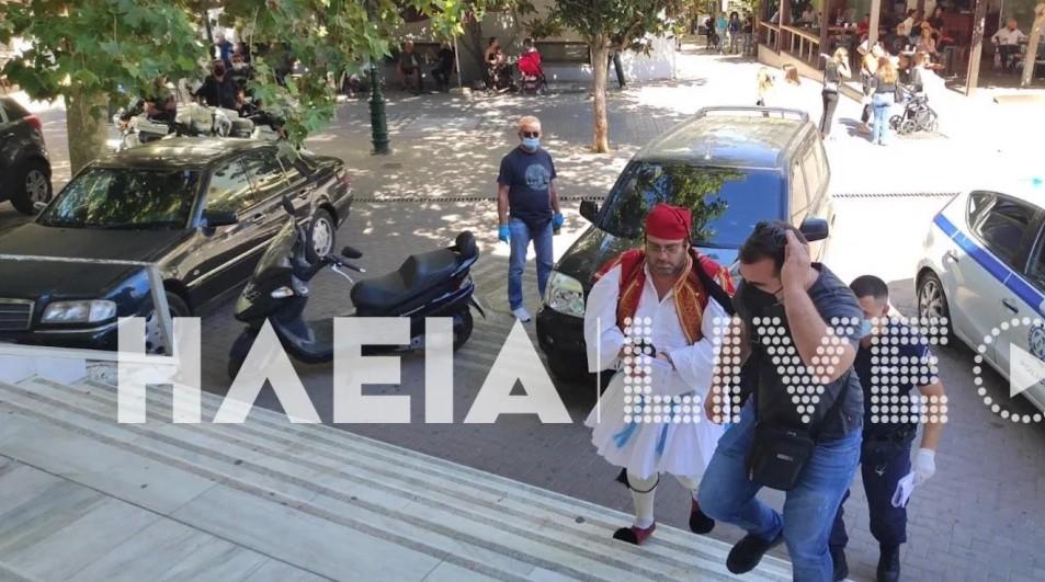 Πύργος: Αρνητής οδηγήθηκε στα δικαστήρια ντυμένος… τσολιάς