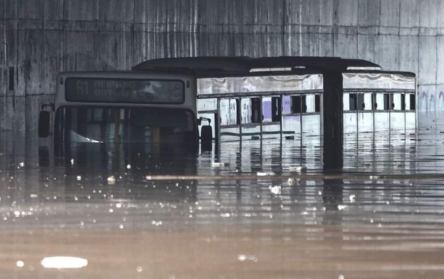 Απίστευτη εικόνα με το νερό να καλύπτει σχεδόν ολόκληρο ένα λεωφορείο!