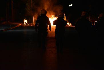 Πυρπόλησαν κάδους στο Αγρίνιο οι Ρομά που διαμαρτύρονται για τον θάνατο του 20χρονου (βίντεο)