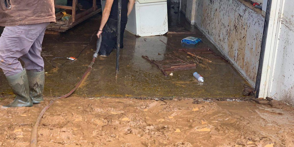 Δύσκολη νύχτα στο Καινούργιο: «έσπασαν» ρέματα, πλημμύρισαν σπίτια (φωτό-βίντεο)