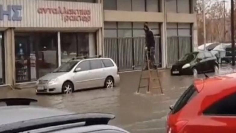 Πήγε σαν… ξυλοπόδαρος μέχρι το αυτοκίνητό του για να αποφύγει το «ποτάμι» λόγω της βροχής