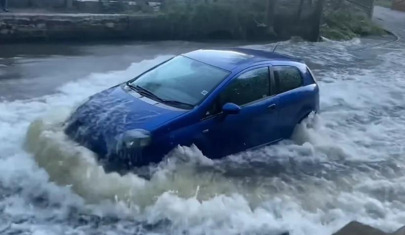 Τι γίνεται αν περάσεις με το αυτοκίνητο μέσα από πολύ νερό;