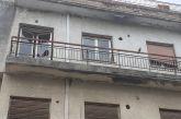 Αγρίνιο: Κίνδυνος από σπασμένα τζάμια και παράθυρα στο παλιό «5ο Γυμνάσιο» στη Στράβωνος